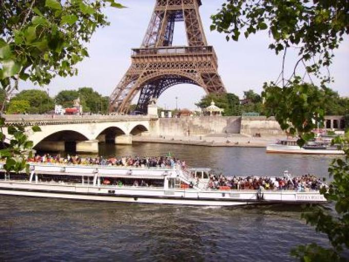 Romantic stroll and cruise on the Seine for lovers